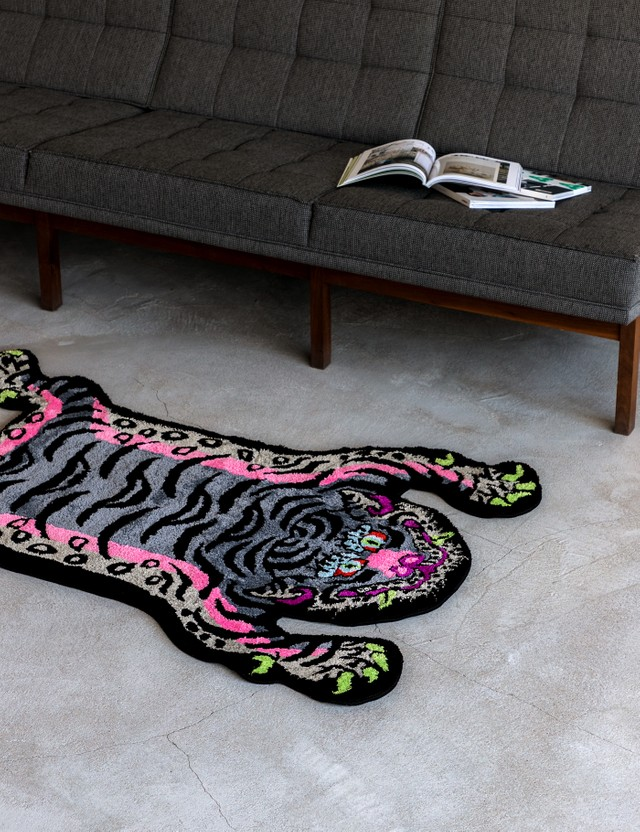 RAW EMOTIONS Tibetan Tiger Rug Black/ Pink Men
