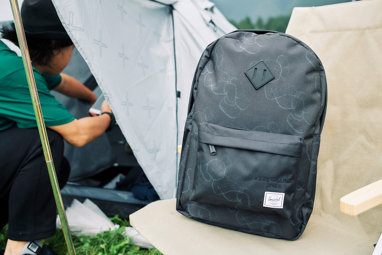 Herschel Supply 攜手 KAWS 打造《KAWS: HOLIDAY》日本站合作包款正式登場