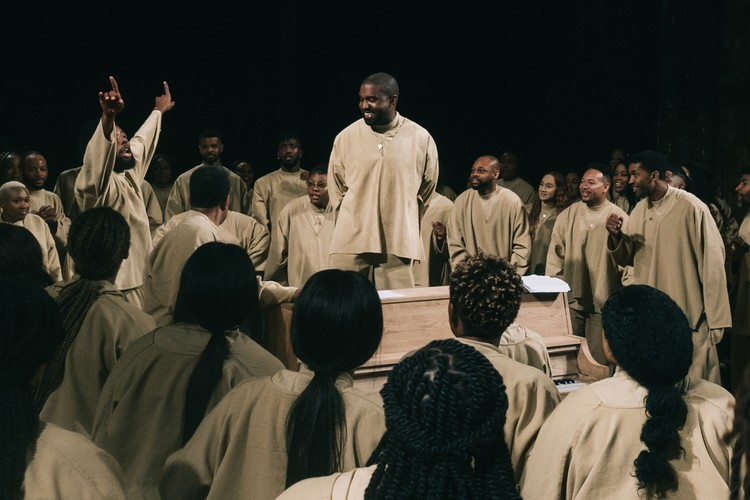 從冰冷的數位音樂到擁抱溫暖神聖,回顧 Kanye West 專輯封面進化史
