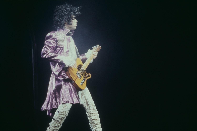 穿越王子 Prince 的迷幻紫雨,回溯「髒標」背後的鬥爭