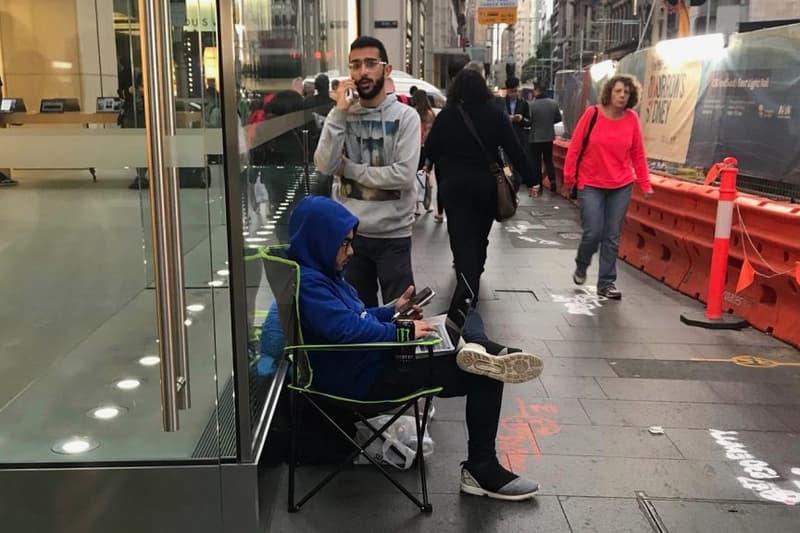 發佈前夕-已有忠實「果粉」駐足 Apple Store 門外等候購買新 iPhone X