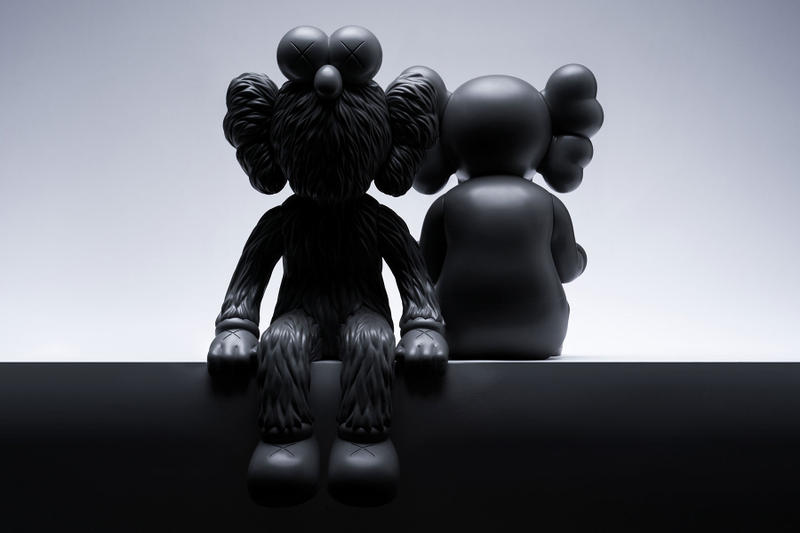KAWS 全新雕塑「KAWS:SEEING/WATCHING」正式登場