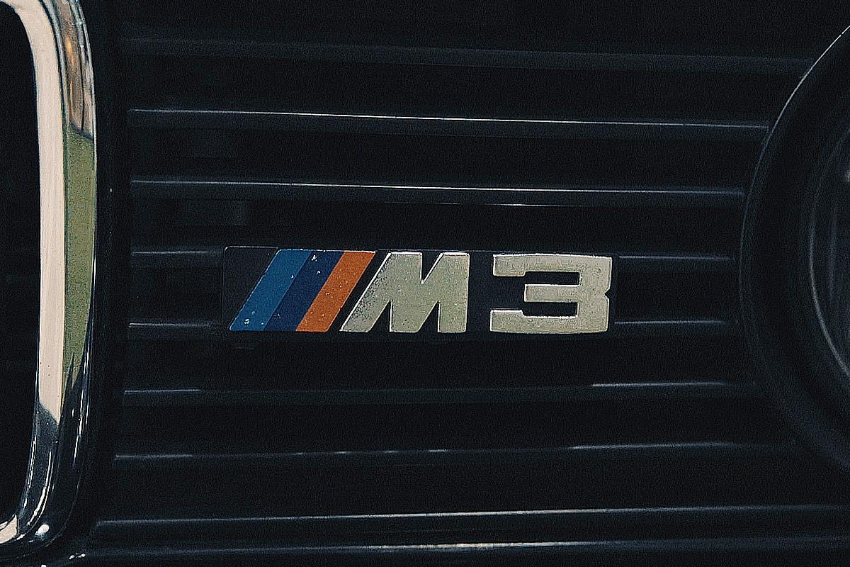 八十年代 BMW 經典之王者 M3!傳奇車手關兆昌 x Tarmac Works  重塑冠軍神話