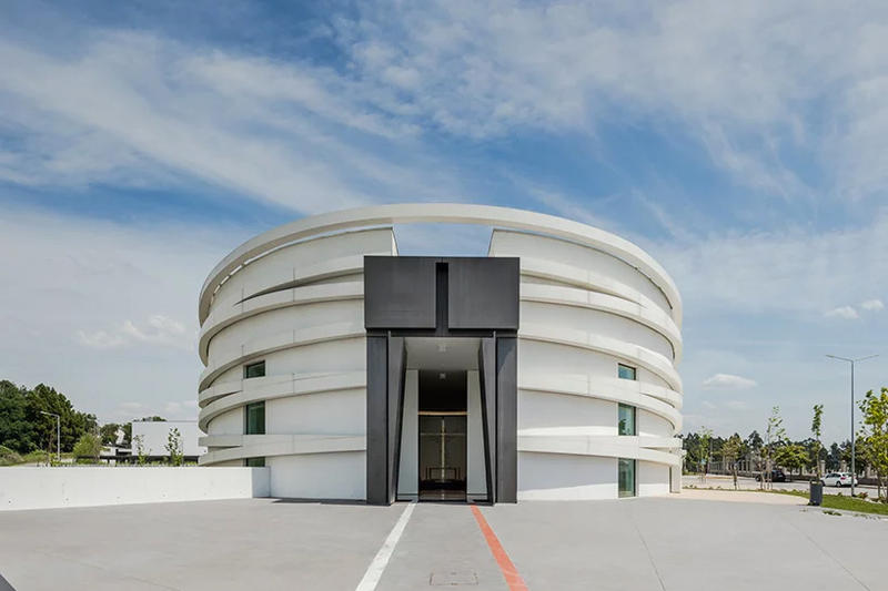設計師 Hugo Correia 打造葡萄牙現代教堂 S. Tiago de Antas