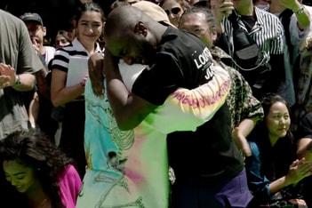 Picture of Virgil Abloh 在 Louis Vuitton 2019 春夏系列時裝秀與 Kanye West 相擁而哭