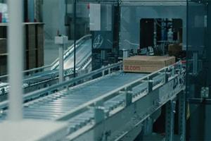 Fast fashion 之最!?一探 Uniqlo 自動化工廠運作過程