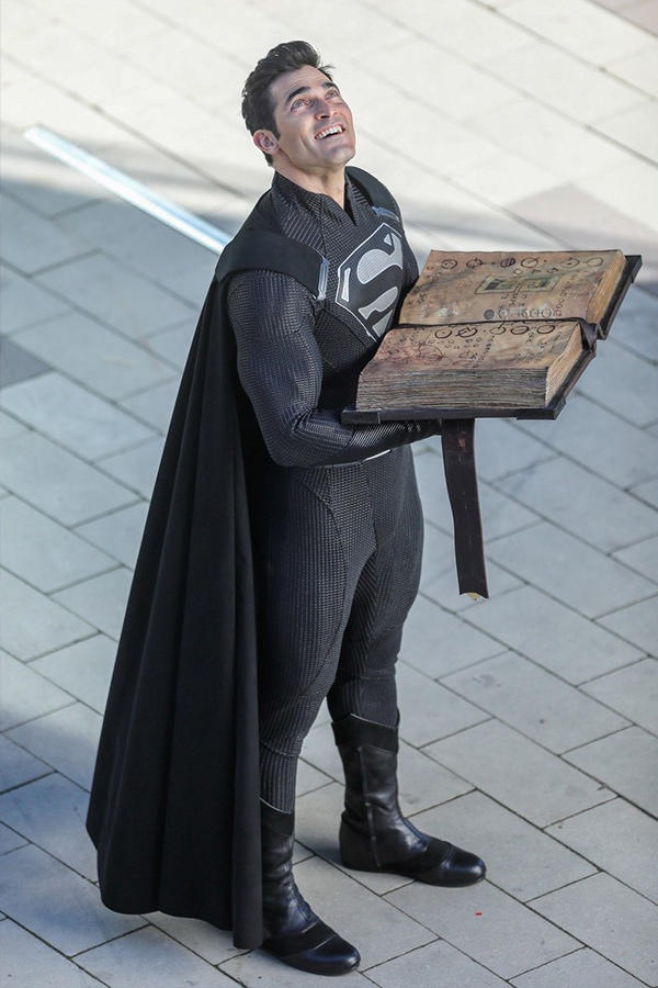 英雄邪惡化 − Superman 身著全黑戰袍拍攝劇照曝光