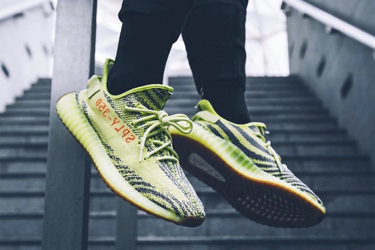 558a53c4fa4 adidas Originals YEEZY BOOST 350 V2 配色「Semi Frozen Yellow」台灣發售情報