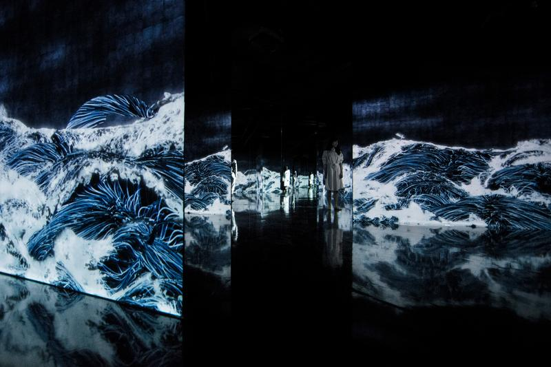 率先走進 teamLab 上海最新展覽「teamLab: 油罐中的水粒子世界」