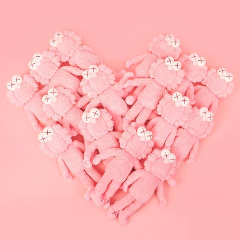 陸續不斷!KAWS 突發宣佈推出 BFF 粉紅色版本毛絨公仔