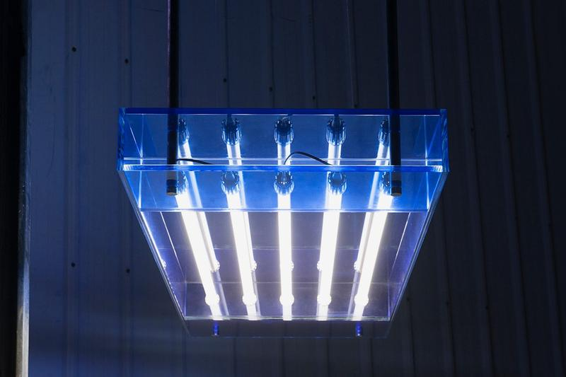 BUZAO 工作室於 2019 邁阿密設計展推出漸變藍玻璃家具