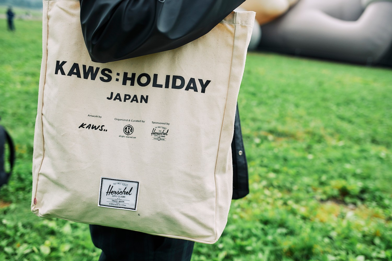 Herschel Supply 攜手 KAWS 打造《KAWS: HOLIDAY》日本站合作包款正式登場