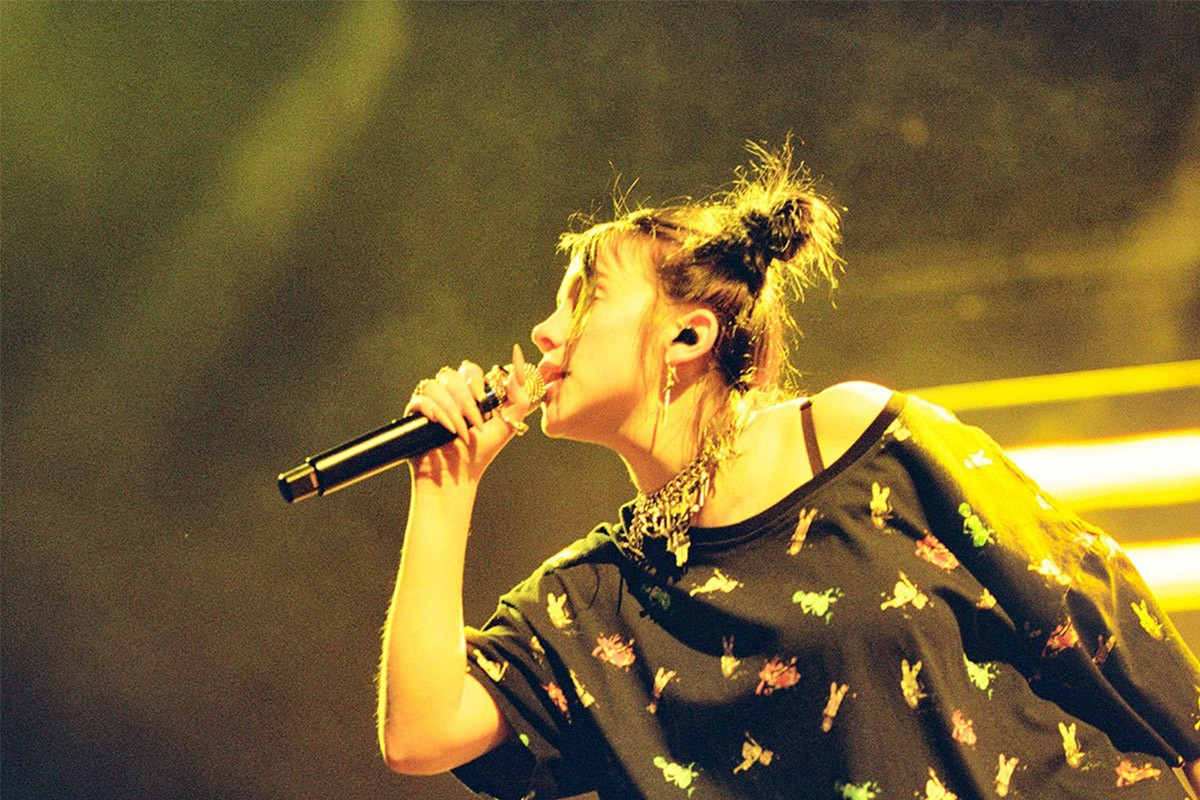 HYPEBAE 獨家窺探  Billie Eilish 巡迴演唱會之時尚魔衣櫥