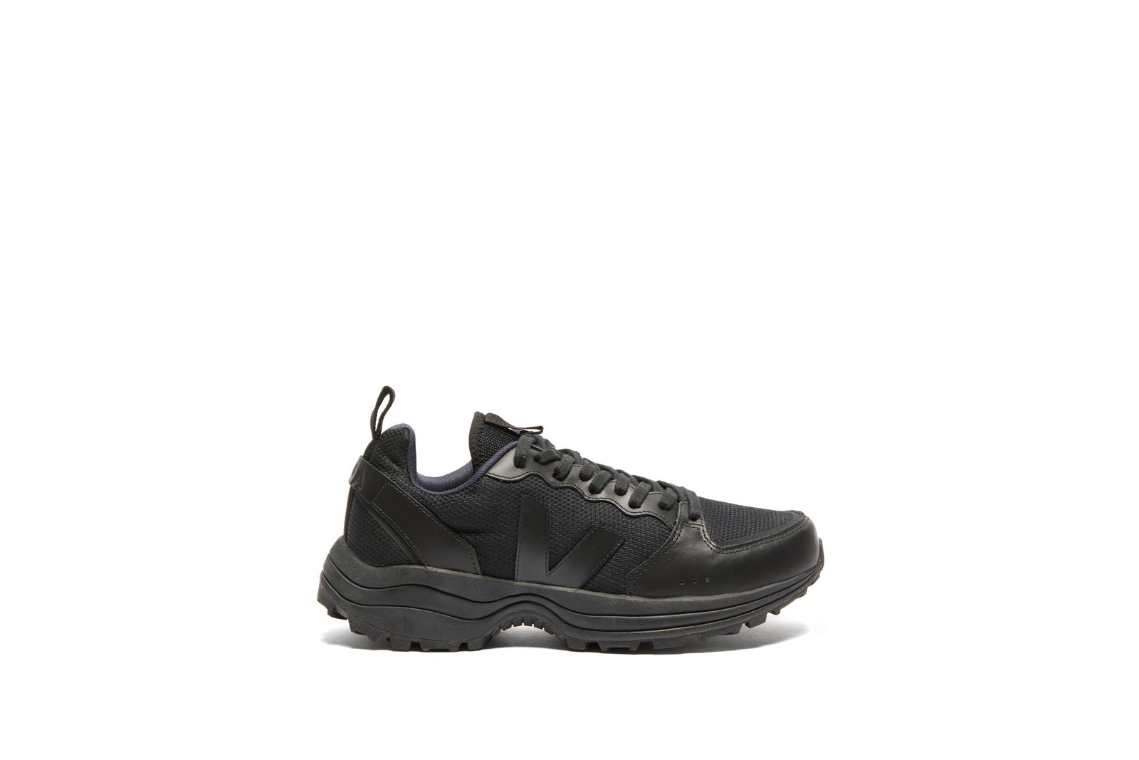 本日嚴選 9 款全黑運動鞋款入手推介