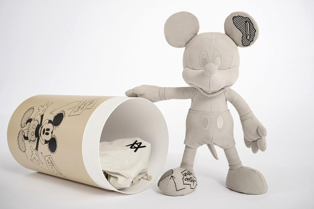 Best Art Drops:半自動塗鴉無人機「KATSURU BET」、Daniel Arsham《Mickey Mouse》布藝公仔