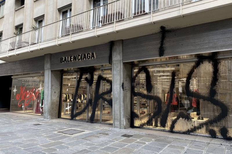 街頭塗鴉藝術家 Kidult 於聖誕節成功「突襲」BALENCIAGA 巴黎店舖