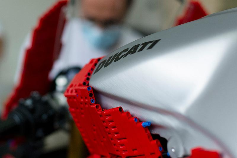 LEGO Technic™ 打造真正可騎乘 Ducati Panigale V4 積木車款