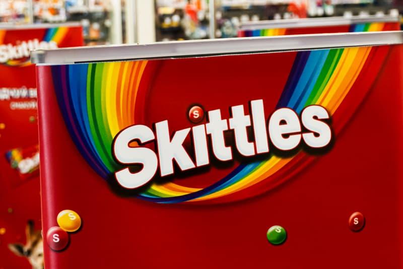 人氣七彩糖果 Skittles 彩虹糖推出「無色」版本別注包裝