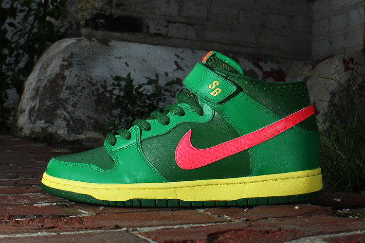 Nike SB Dunk Mid Pro Luck Green Fortress Green-Atomic Red b99ee3cc55a1