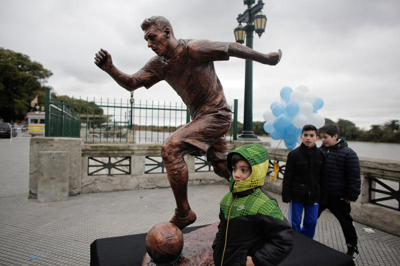 Lionel Messi buenos aires argentina statue destroy vandalized football soccer bronze picture image