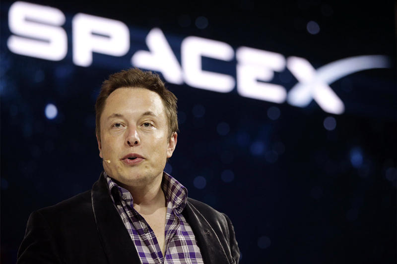 Elon Musk SpaceX Plans to Fly Two Tourists Around the Moon in 2018