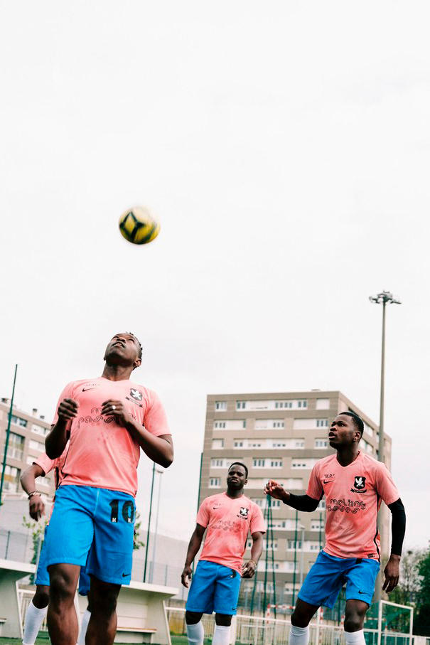 OFF-WHITE Nike Soccer Kits Melting Passes West African Refugees