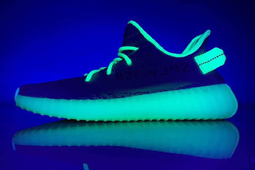 adidas YEEZY BOOST 350 V2 Glow-in-the