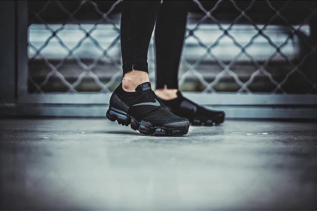 black vapormax on feet