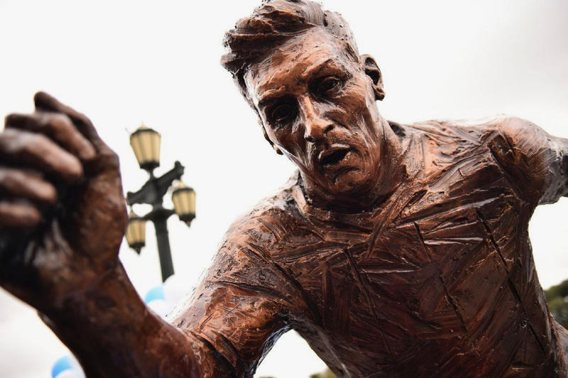 Lionel Messi Statue Vandalized Buenos Aires Argentina 2017 December Legs Torso Chopped Cut Off Paseo de le Gloria second time year