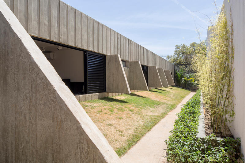 MR53 Bloco Arquitetos Brasília Brazil Houses Milton Ramos Brutalist Oscar Niemeyer Brasilia Interior Architecture Inspiration Exposed Concrete Wood