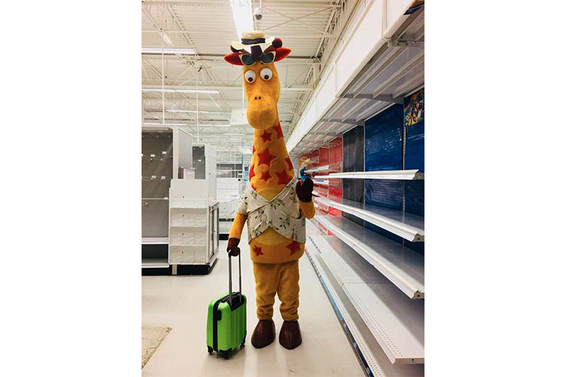 """Toys """"R"""" Us Official Closure Statement Geoffrey the Giraffe Photo Goodbye Bankruptcy"""