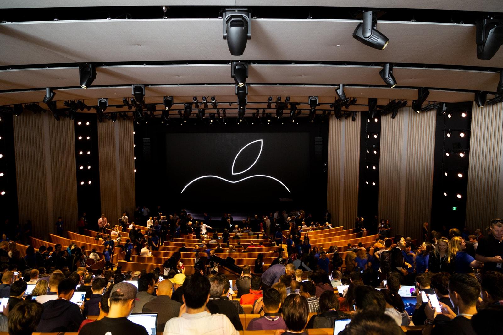 Apple iPhone XS Macbook Pro Apple Watch
