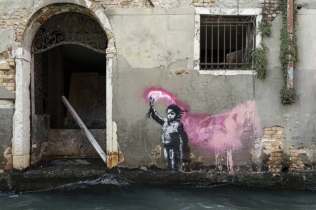 https://image-cdn.hypb.st/https%3A%2F%2Fhypebeast.com%2Fimage%2F2019%2F05%2Fbanksy-migrant-child-mural-venice-1.jpg?q=90&w=1400&cbr=1&fit=max