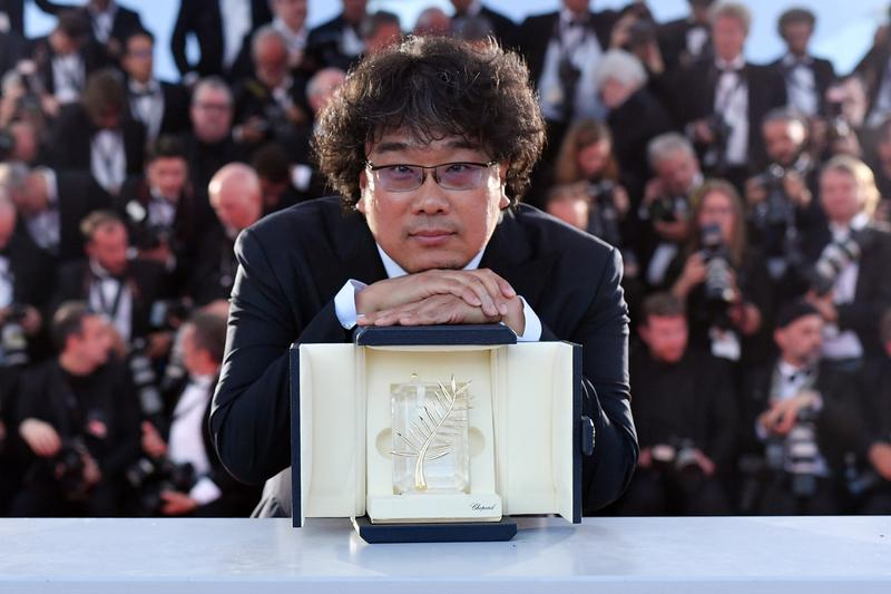 Bong Joon-ho's 'Parasite' Wins Cannes Palme d'Or film festival award best prize top korean filmmaker auteur 'Snowpiercer' 'Okja' dark comedy film 'The Host' 기생충 Song Kang-ho