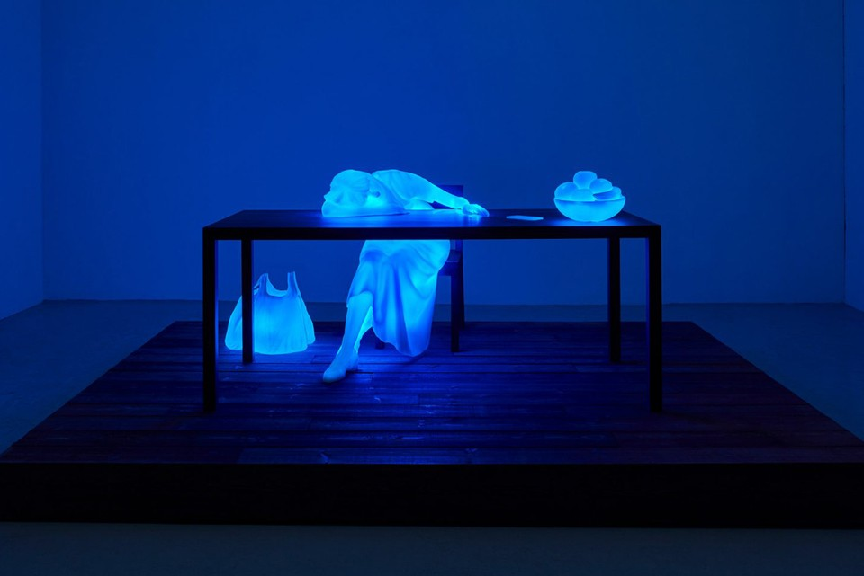 "Doug Aitken Displays Color-Changing Sculptures in ""Return to the Real"" Exhibition"