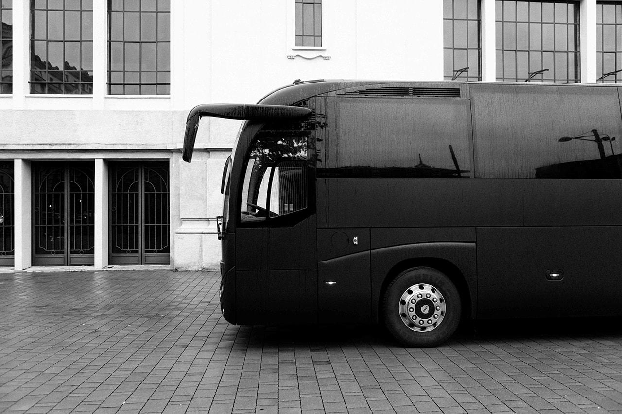 モンクレールがリックオウエンスのコラボ記念のデジタルイベントを開催 Rick Owens Moncler Collaboration Release Michele Lamy Milan Bus