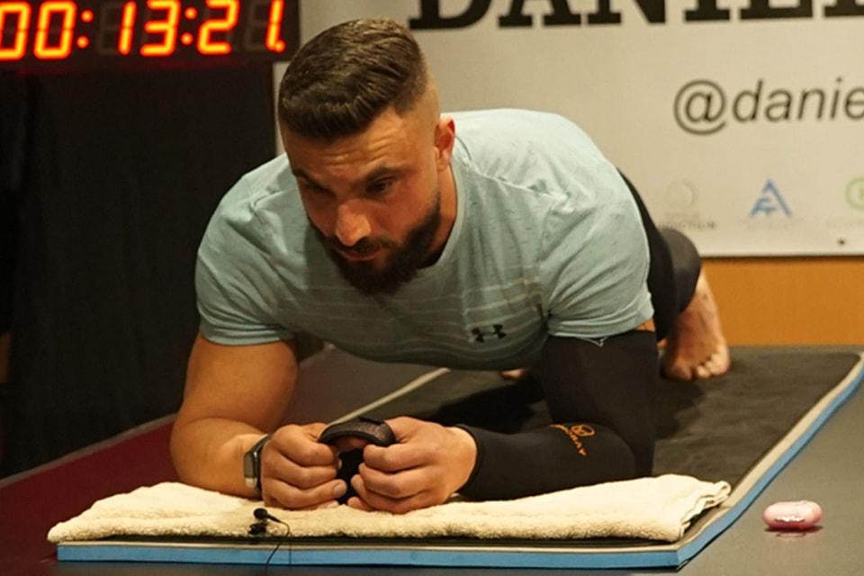 Watch This Australian Man Break the World Record for Longest Plank Ever    HYPEBEAST