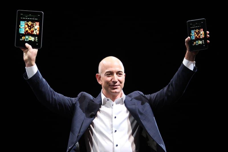 Jeff Bezos Brandissant Des Tablettes Sur Scène