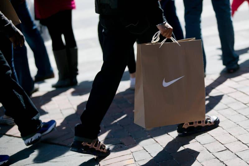 Client Marchant Avec Des Sacs Nike