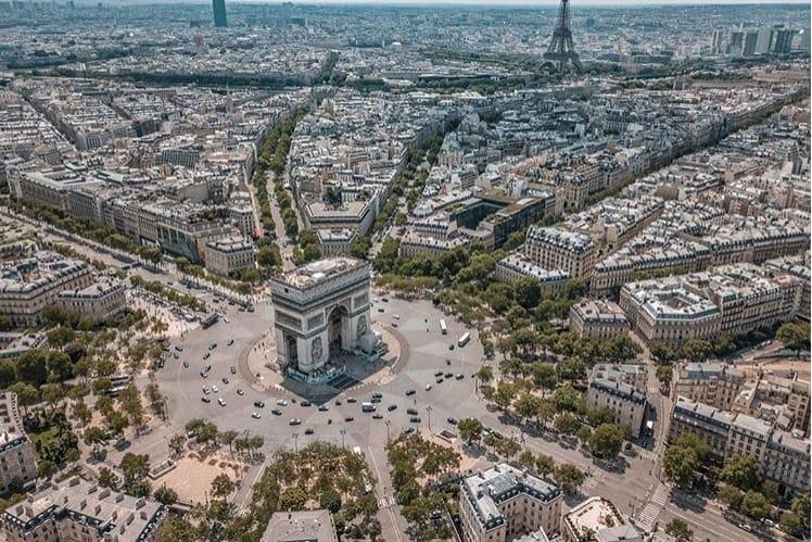 Les Champs-Elysées Sont À Vendre, Enfin Presque