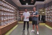 """Regardez Cristiano Ronaldo Faire Son """"Sneaker Shopping"""" À Pékin"""