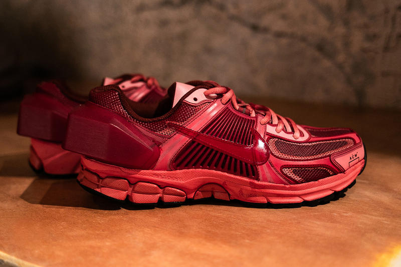 Nike A-COLD-WALL* Zoom Vomero +5 Rouge Noir Gros Plan Photos