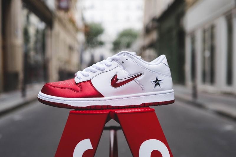 "Zoom sur la Supreme x Nike SB Dunk Low ""Varsity Red"""