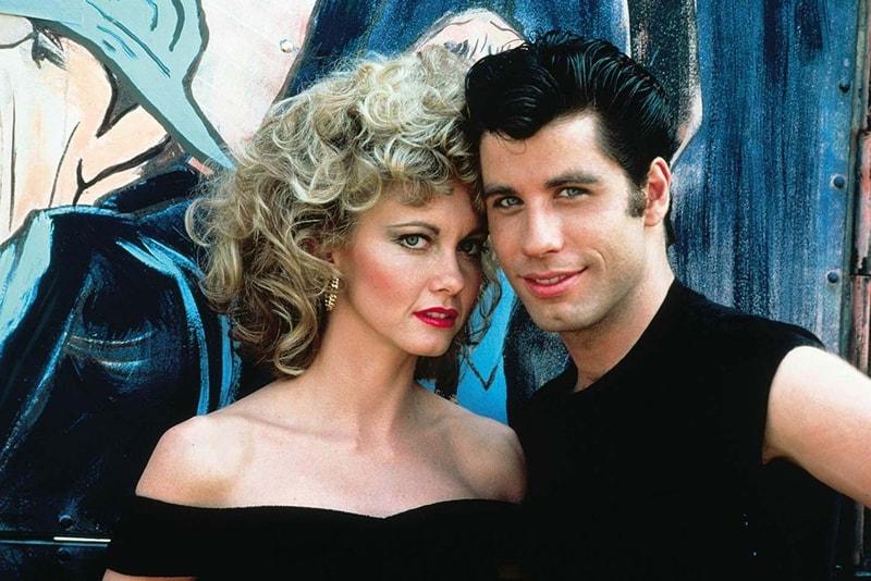 John Travolta et Olivia Newton-John rejouent une scène de Grease pour la première fois