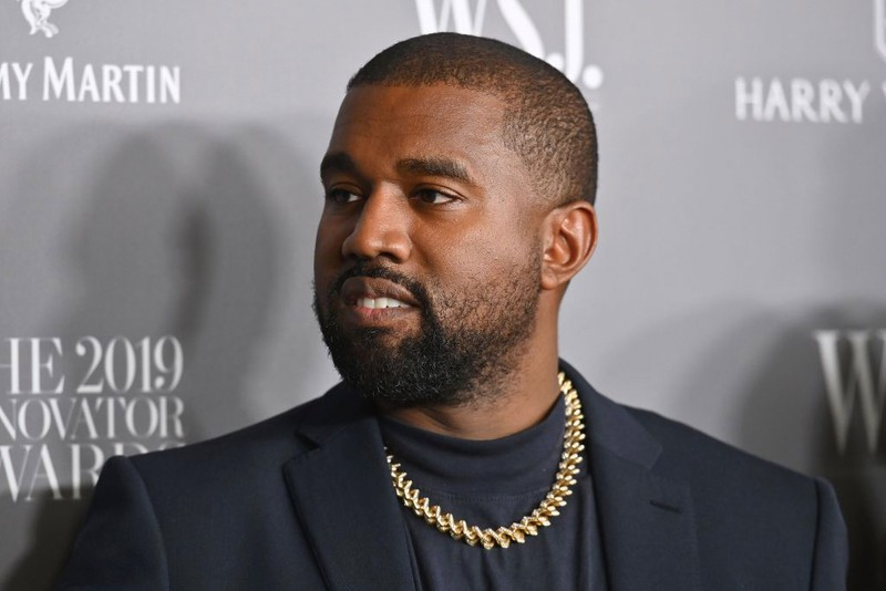 """Vidéos - Kanye West tout peint d'argent pour sa performance dans le nouvel opéra """"Mary"""""""