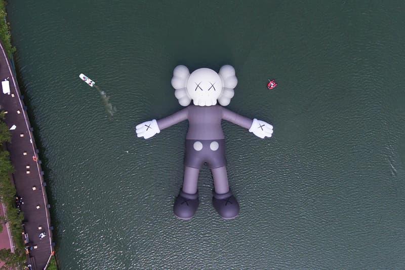 KAWS 首個水上漂浮雕塑作品「KAWS:HOLIDAY」正式登場