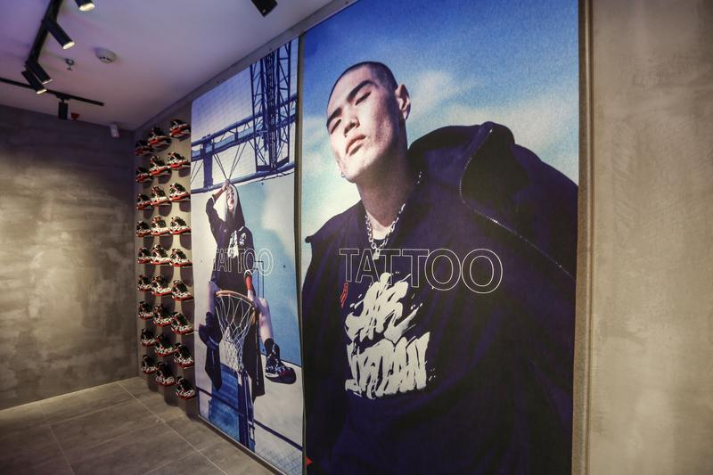 走進 Jony J 全新球鞋店鋪 OKAY WZK