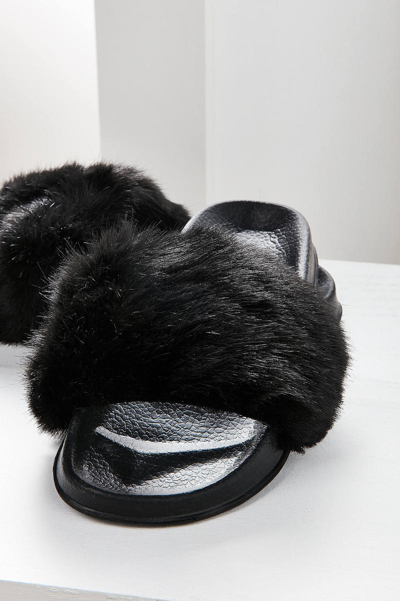 online store f5843 1dfc0 Urban Outfitters Faux Fur Slides Are $15 USD | HYPEBAE