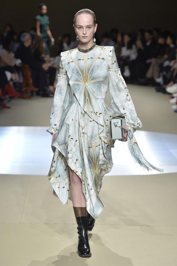 Alexander McQueen Fall/Winter 2018 Runway Paris Fashion Week Collection