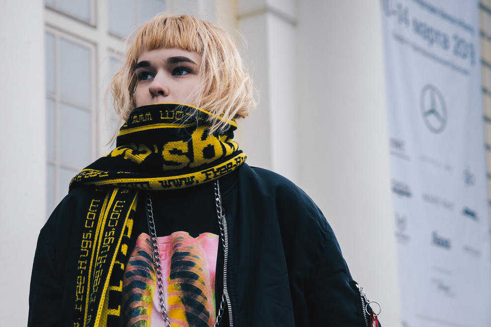 Streetsnaps Moscow Fashion Week 2018 Patterned Scarf Jacket Black Yellow